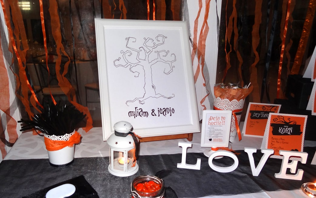 zazu Boda en naranja árbol de huellas