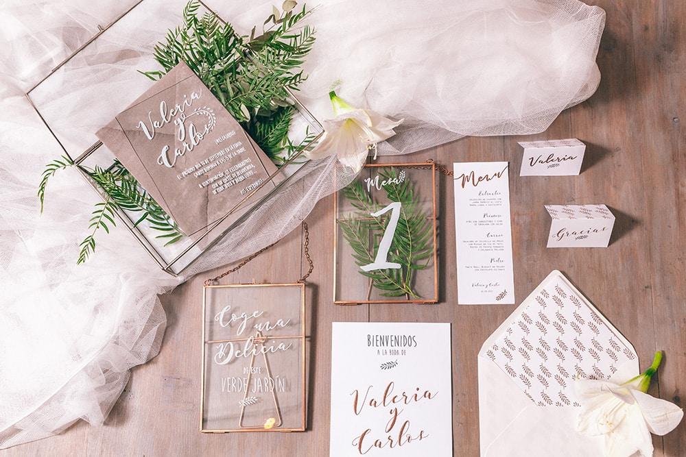 diseño de papelería de boda en cristal y papel