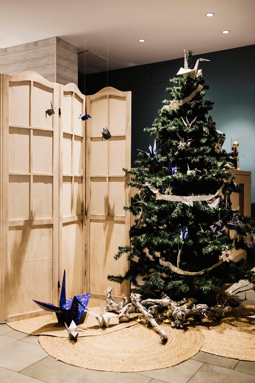 Rincón con árbol navideño decorado con elementos de origami en azules y plateados ORIGAMI FOREST