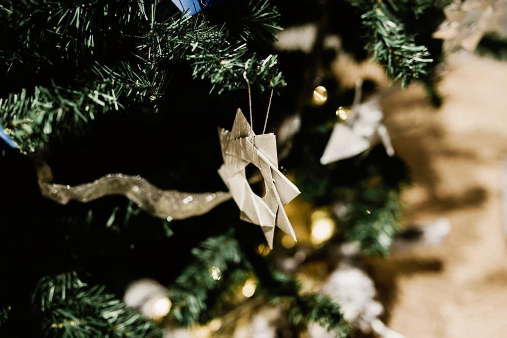 Detalle de origami en el árbol de navidad