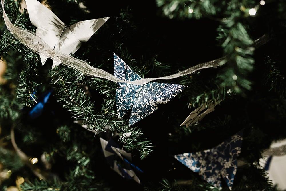 Detalle mariposa de origami en el árbol de navidad