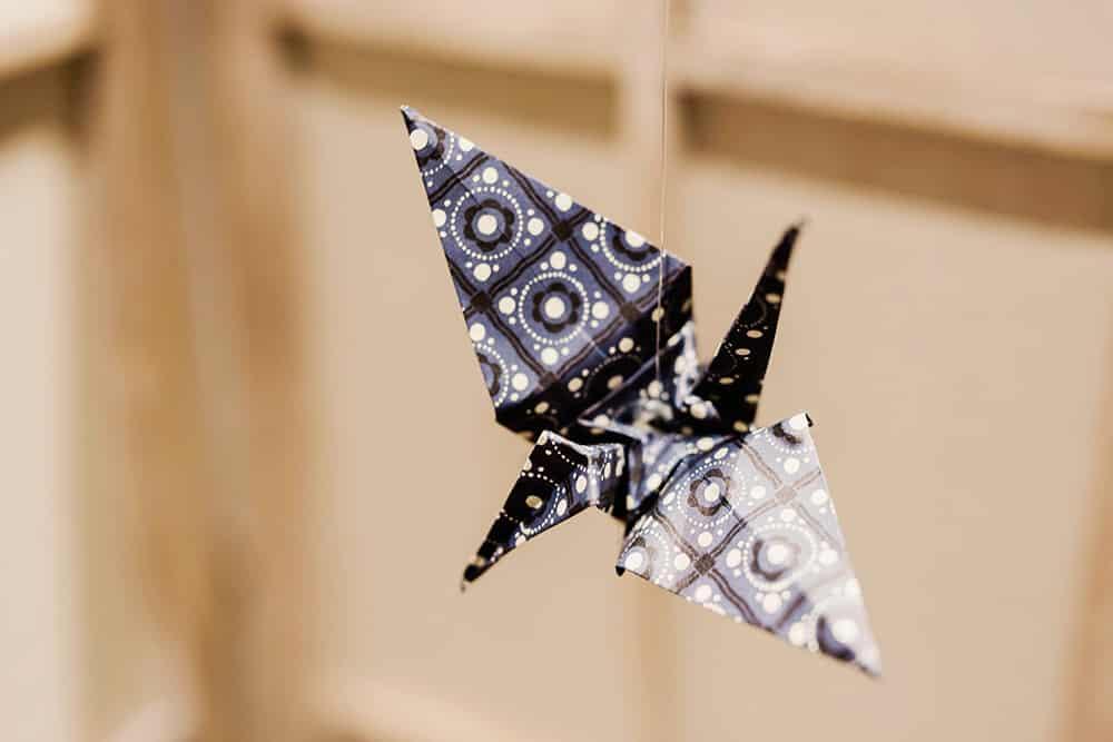 Detalle grullas de origami colgando