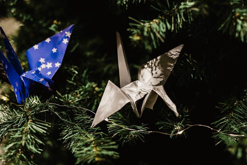 Detalle grullas de origami en el árbol de navidad