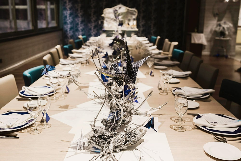 Mesa evento de navidad origami forest en plata azul
