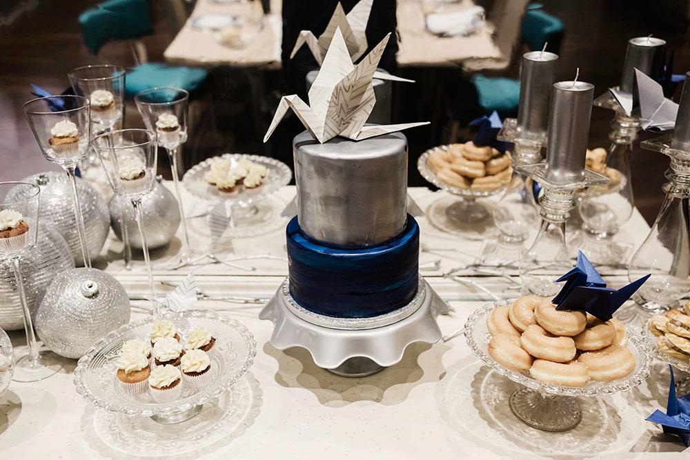 Mesa dulce Evento Origami Forest en plata y azul con elementos de origami