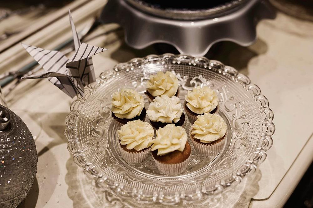 plato con minicupcakes blancos y plata