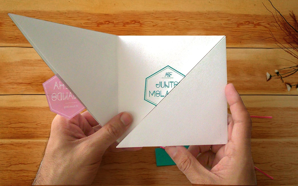 detalle ZAZU diseño invitación geométrica fucsia y turquesa