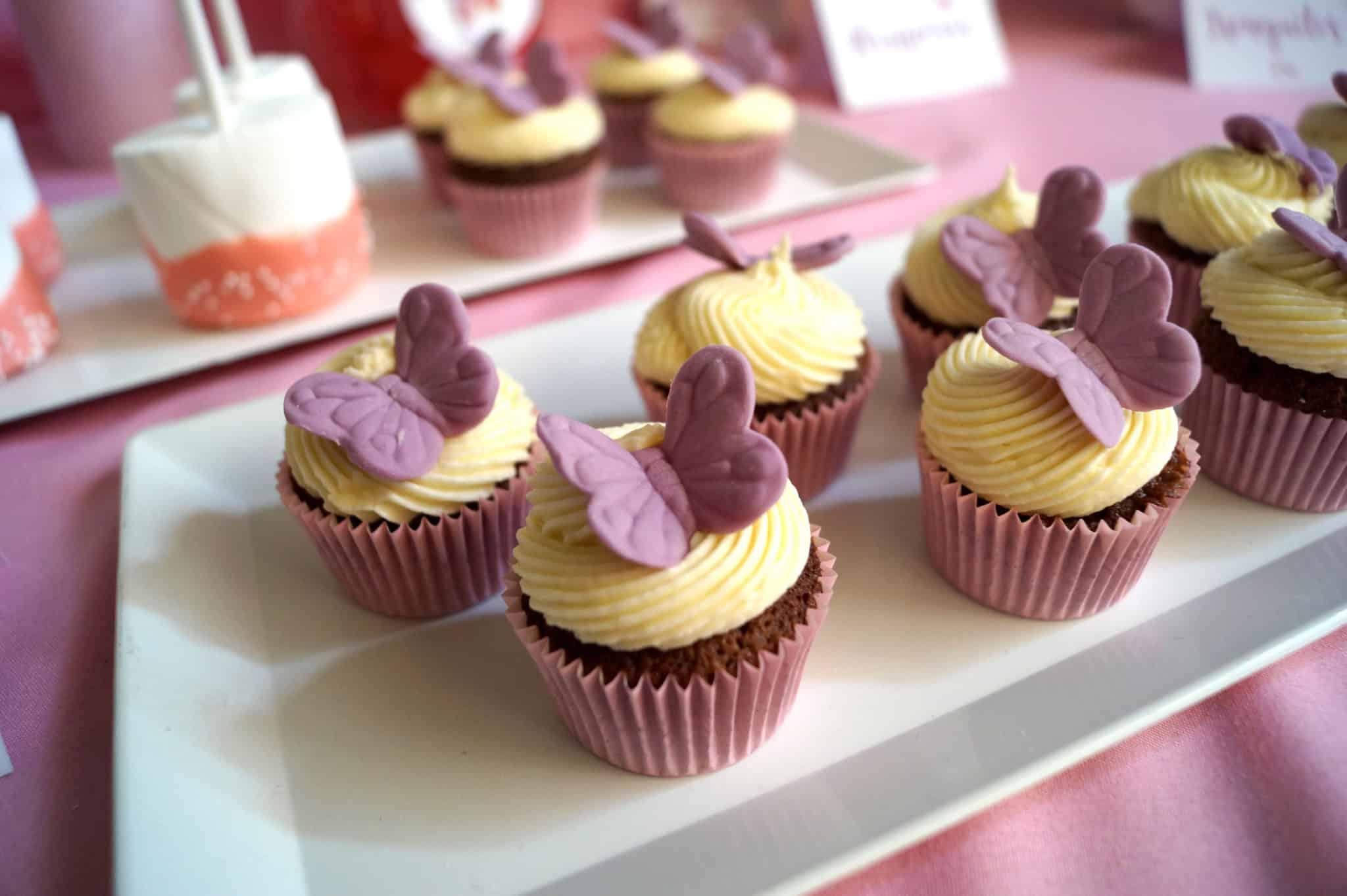 Detalle cupcakes con mariposas, de la mesa dulce de comunión zazu