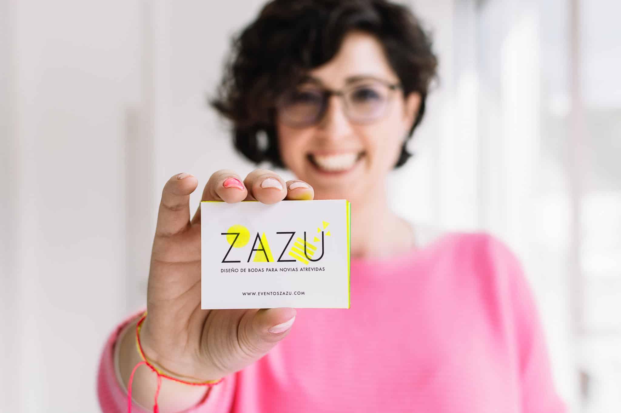 Arancha de Eventos ZAZU mostrando su nuevas tarjetas corporativas con una gran sonrisa.