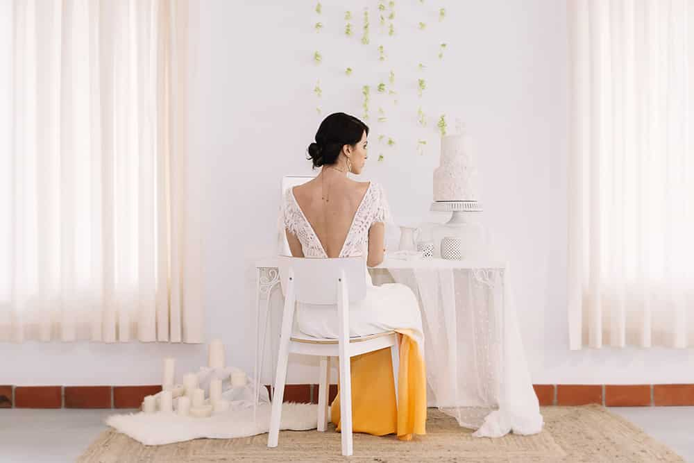 boda naranja novia en su habitación preparandose para casarse editorial All you need is color con el vestido en naranja