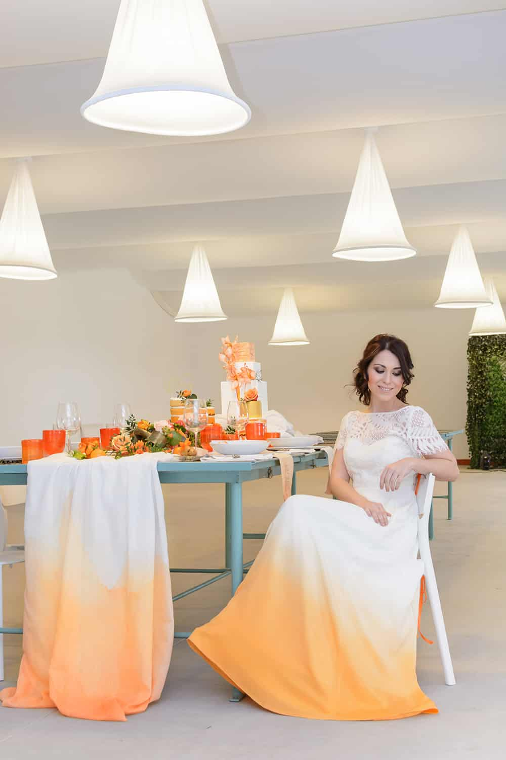boda naranja novia sentada en la mesa de boda con efecto dip die en naranjas All you need is color
