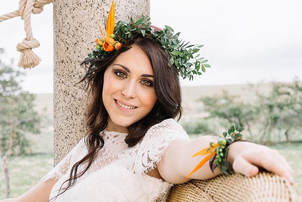 boda naranja Novia con vestido tocado y pulsera de flores naturales en naranjas. All you need is color