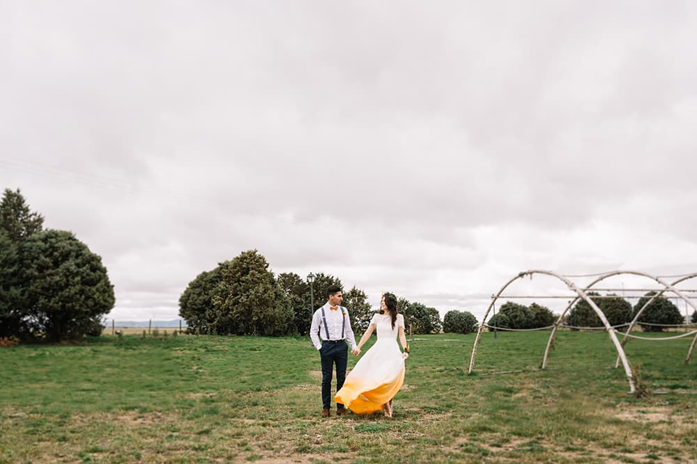 boda naranja Novios en el campo con vestido efecto degradado en naranjas. All you need is color