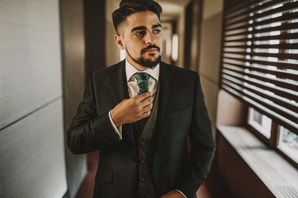 novio corbata verde boda parador de alcalá de henares boda festival BodaFest Ana y Juanma foto ernesto villalba