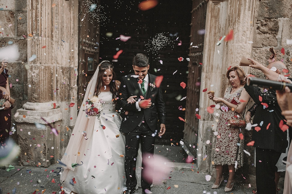 confeti novios boda parador de alcalá de henares boda festival BodaFest Ana y Juanma foto ernesto villalba