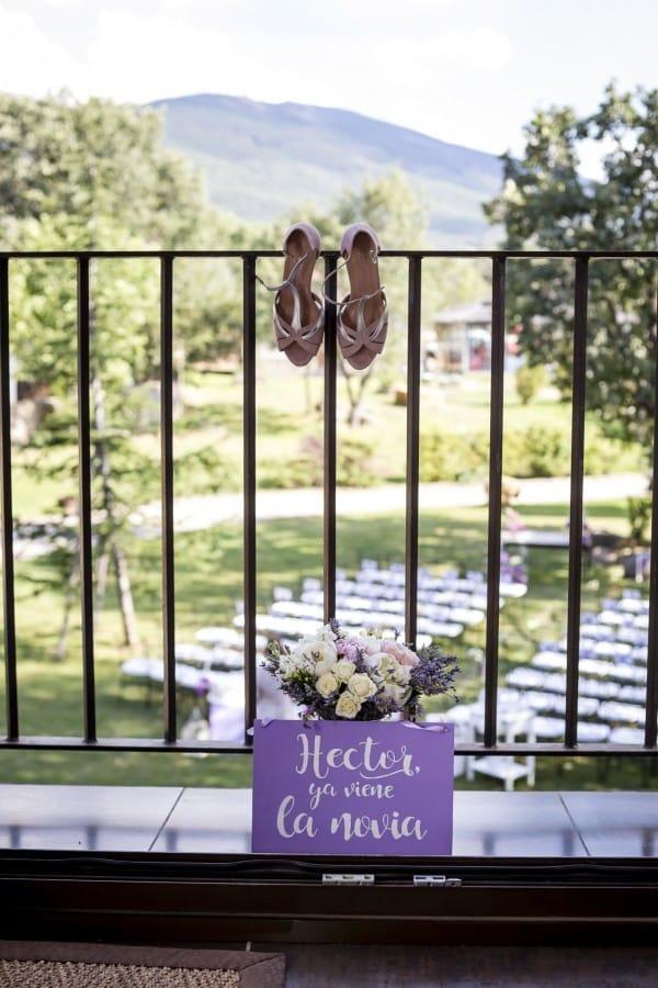 Zapatos ramo y cartel boda finca del duque