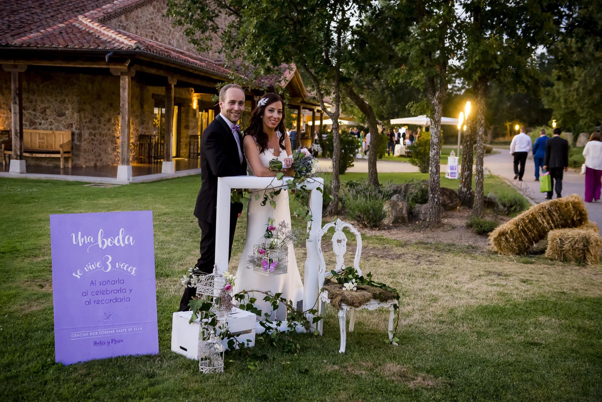 Novios en el rincón de bienvenida ZAZUboda HyM boda al atardecer