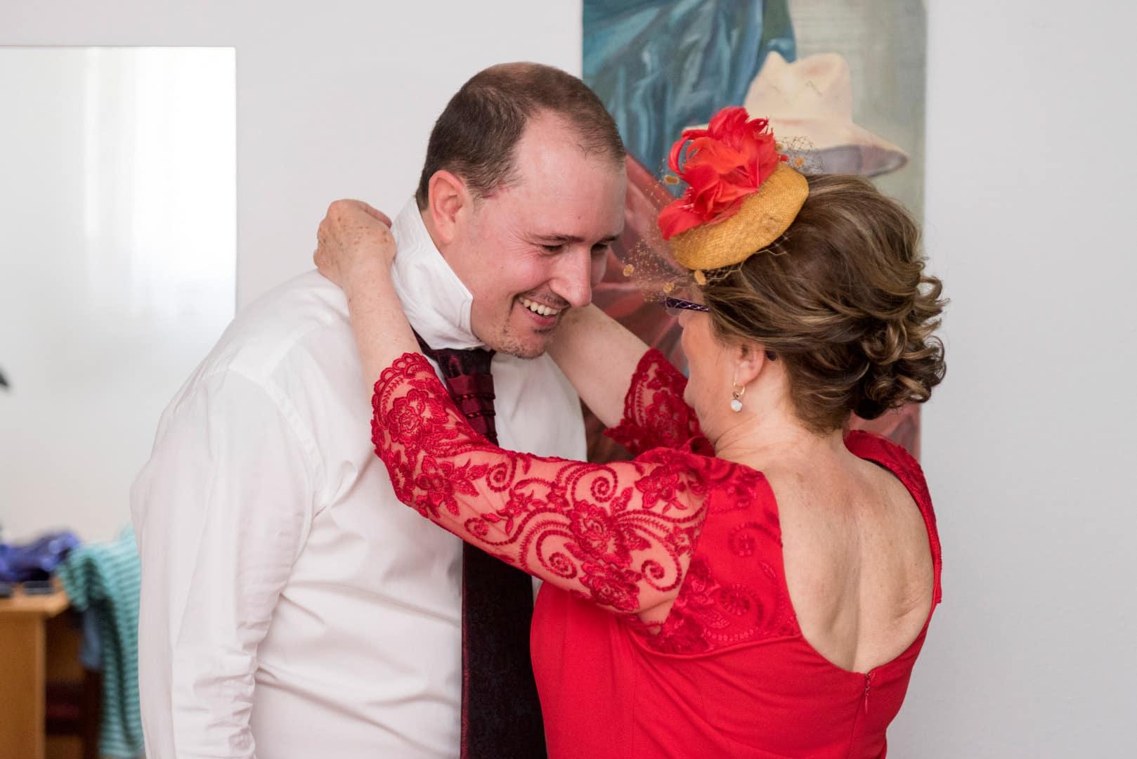 Novio y madrina ZAZU-boda-divertida-en-rojo-Segovia