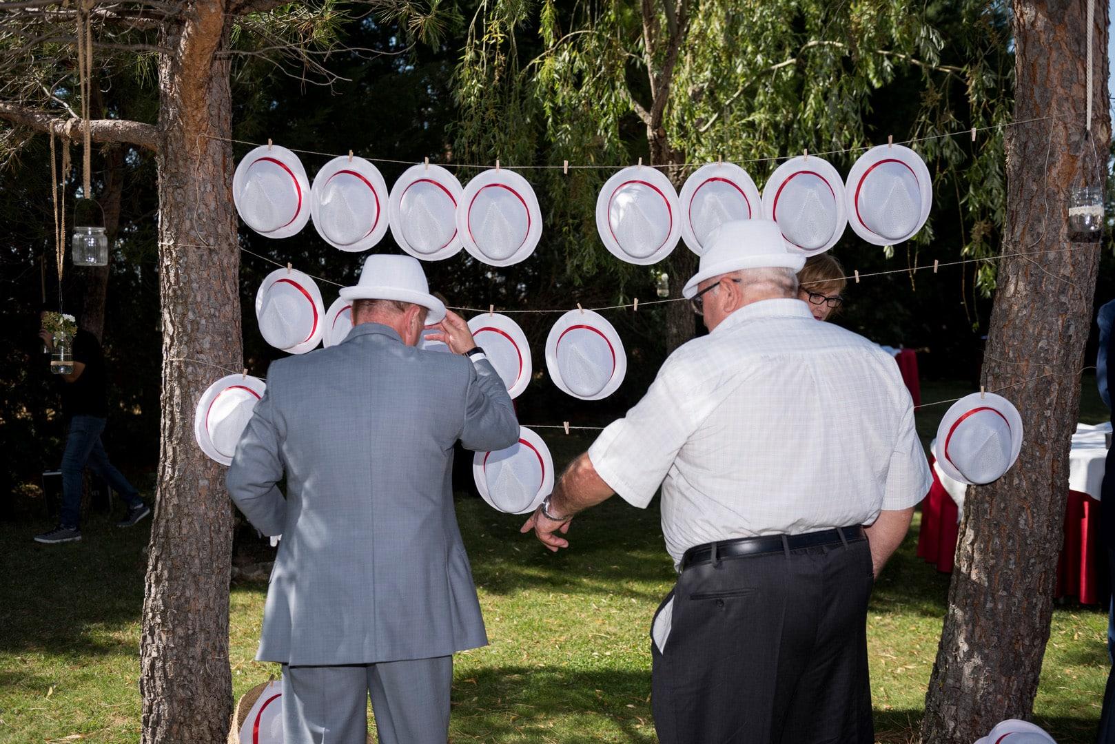 puesto gorros boda ZAZU-boda-divertida-en-rojo-Segovia