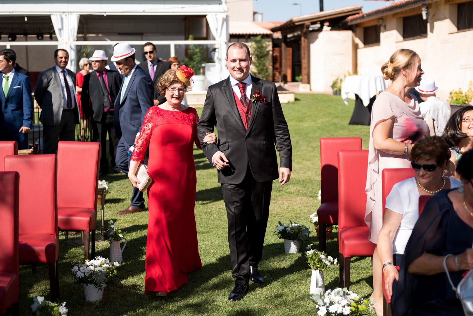 novio ZAZU-boda-divertida-en-rojo-Segovia UNA BODA DIVERTIDA EN SEGOVIA