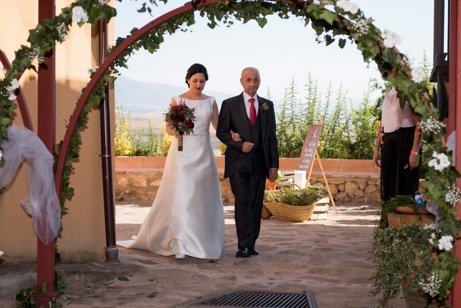 novia ZAZU-boda-divertida-en-rojo-Segovia UNA BODA DIVERTIDA EN SEGOVIA
