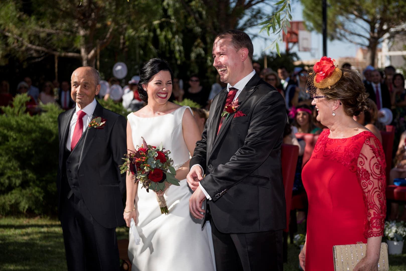 risas ZAZU-boda-divertida-en-rojo-Segovia UNA BODA DIVERTIDA EN SEGOVIA