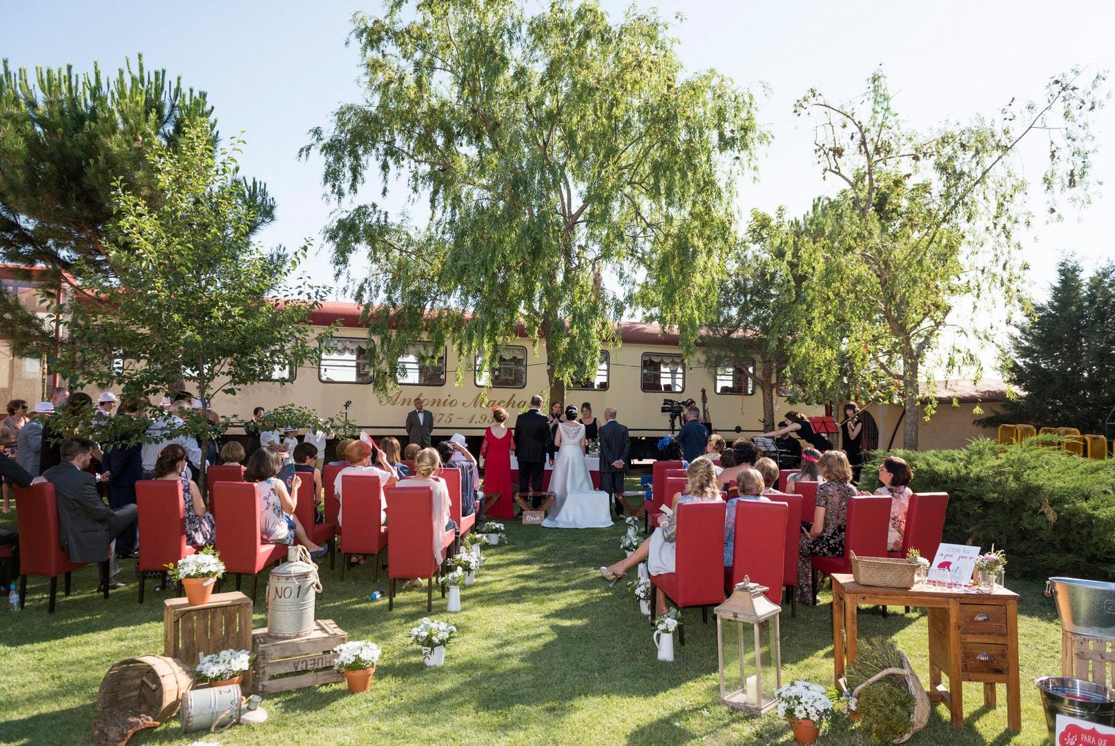 ceremonia ZAZU-boda-divertida-en-rojo-Segovia UNA BODA DIVERTIDA EN SEGOVIA