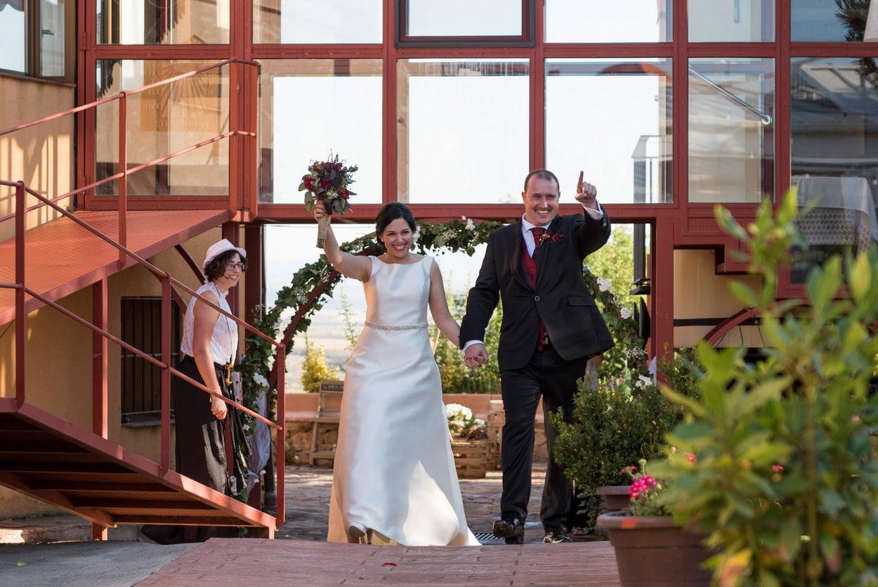 entrada novios fiesta ZAZU-boda-divertida-en-rojo-Segovia UNA BODA DIVERTIDA EN SEGOVIA