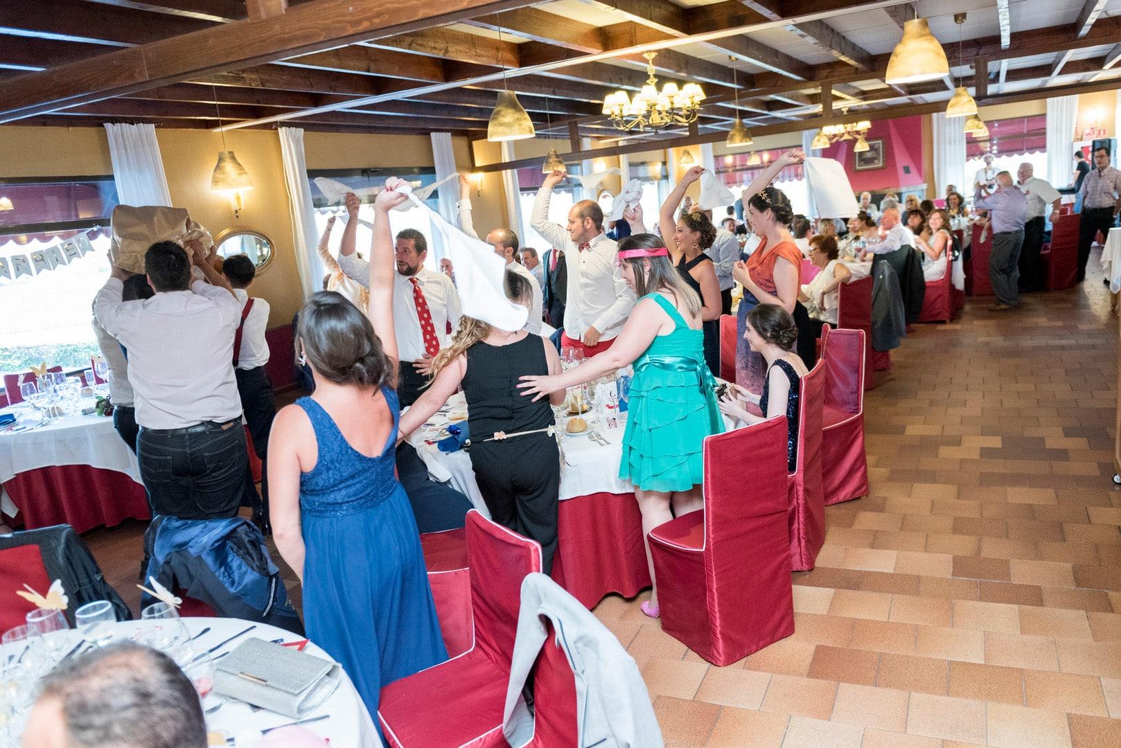 fiesta ZAZU-boda-divertida-en-rojo-Segovia UNA BODA DIVERTIDA EN SEGOVIA