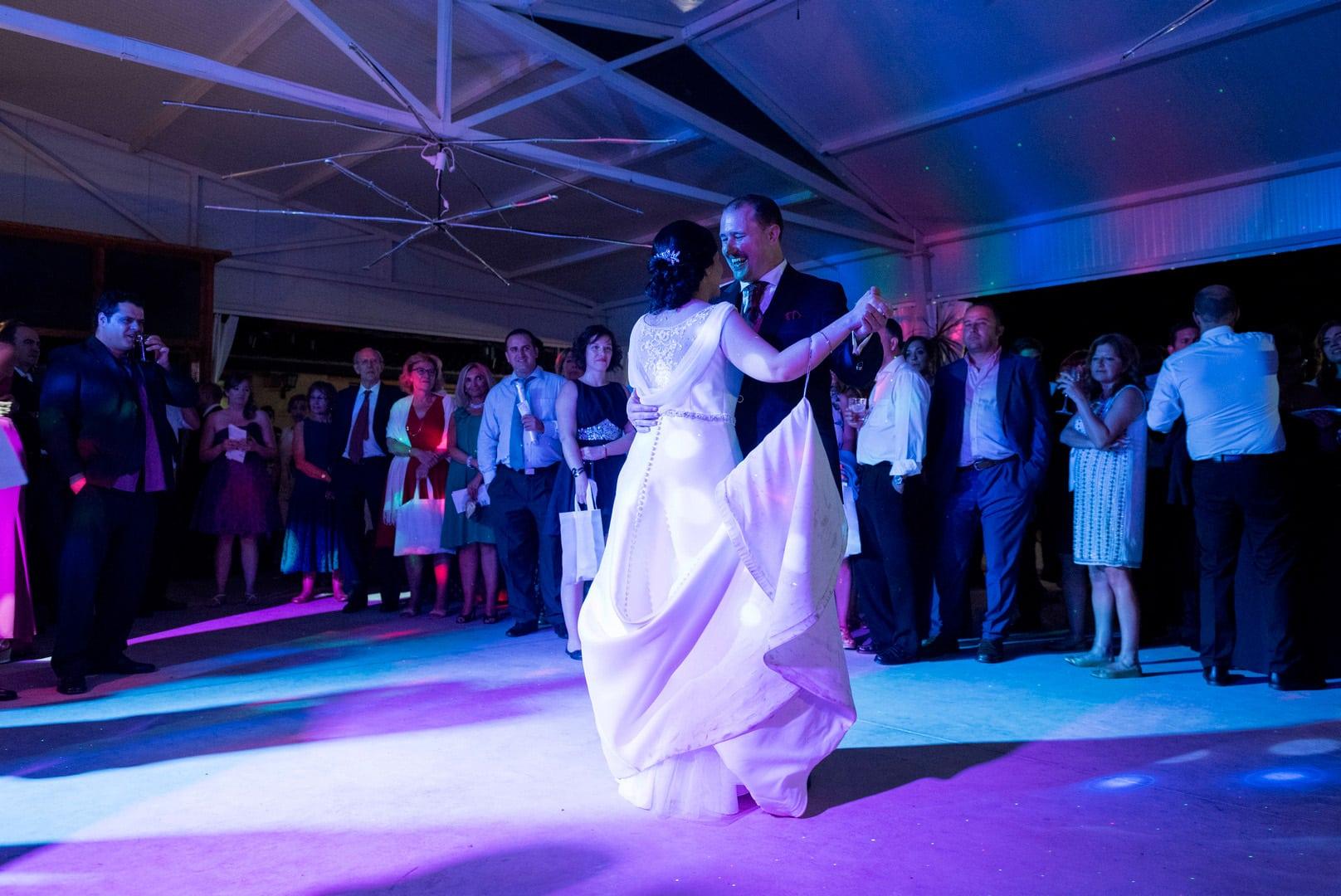 baile novios ZAZU-boda-divertida-en-rojo-Segovia UNA BODA DIVERTIDA EN SEGOVIA