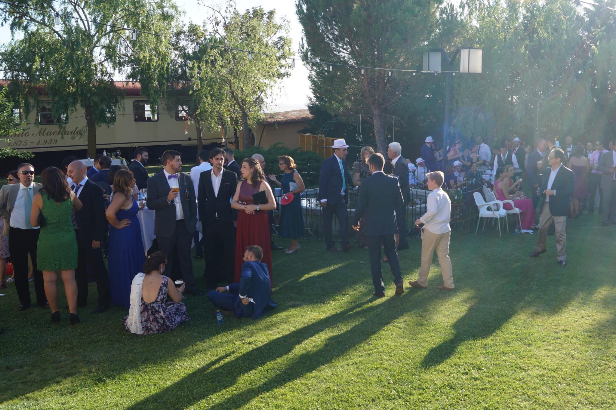 ZAZU-boda-divertida-en-rojo-Segovia UNA BODA DIVERTIDA EN SEGOVIA