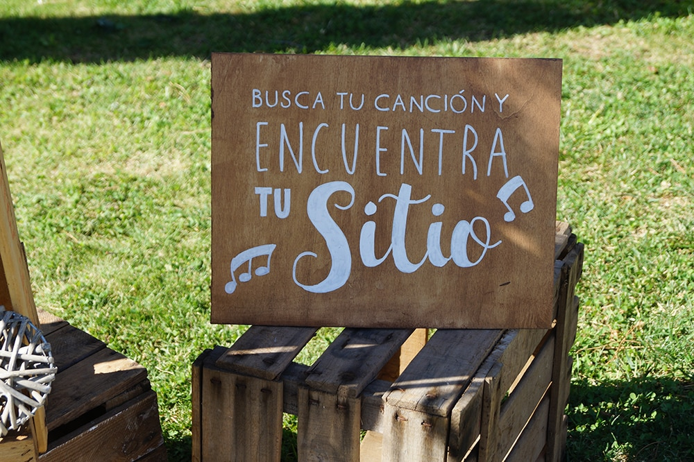 boda rústica cartel seating ZAZU-boda-divertida-en-rojo-Segovia UNA BODA DIVERTIDA EN SEGOVIA