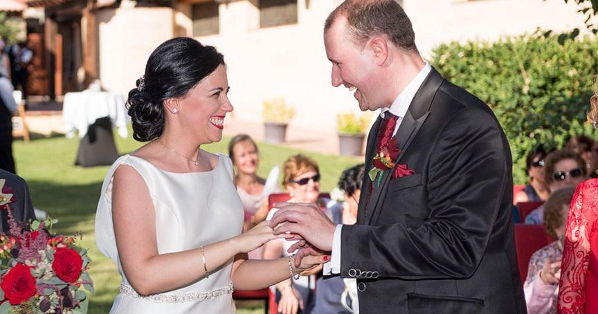 novios ZAZU-boda-divertida-en-rojo-Segovia UNA BODA DIVERTIDA EN SEGOVIA