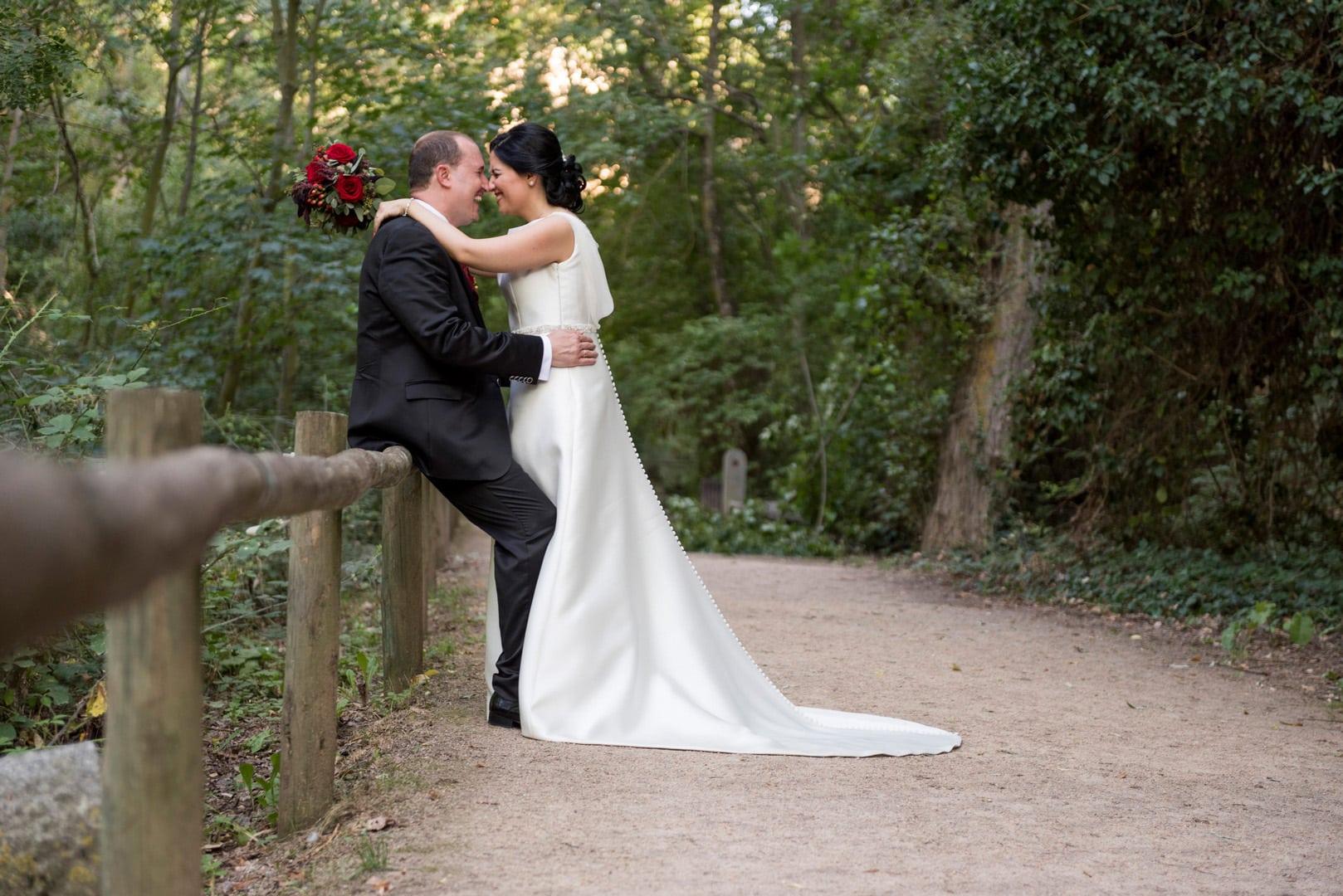beso novios ZAZU-boda-divertida-en-rojo-Segovia25