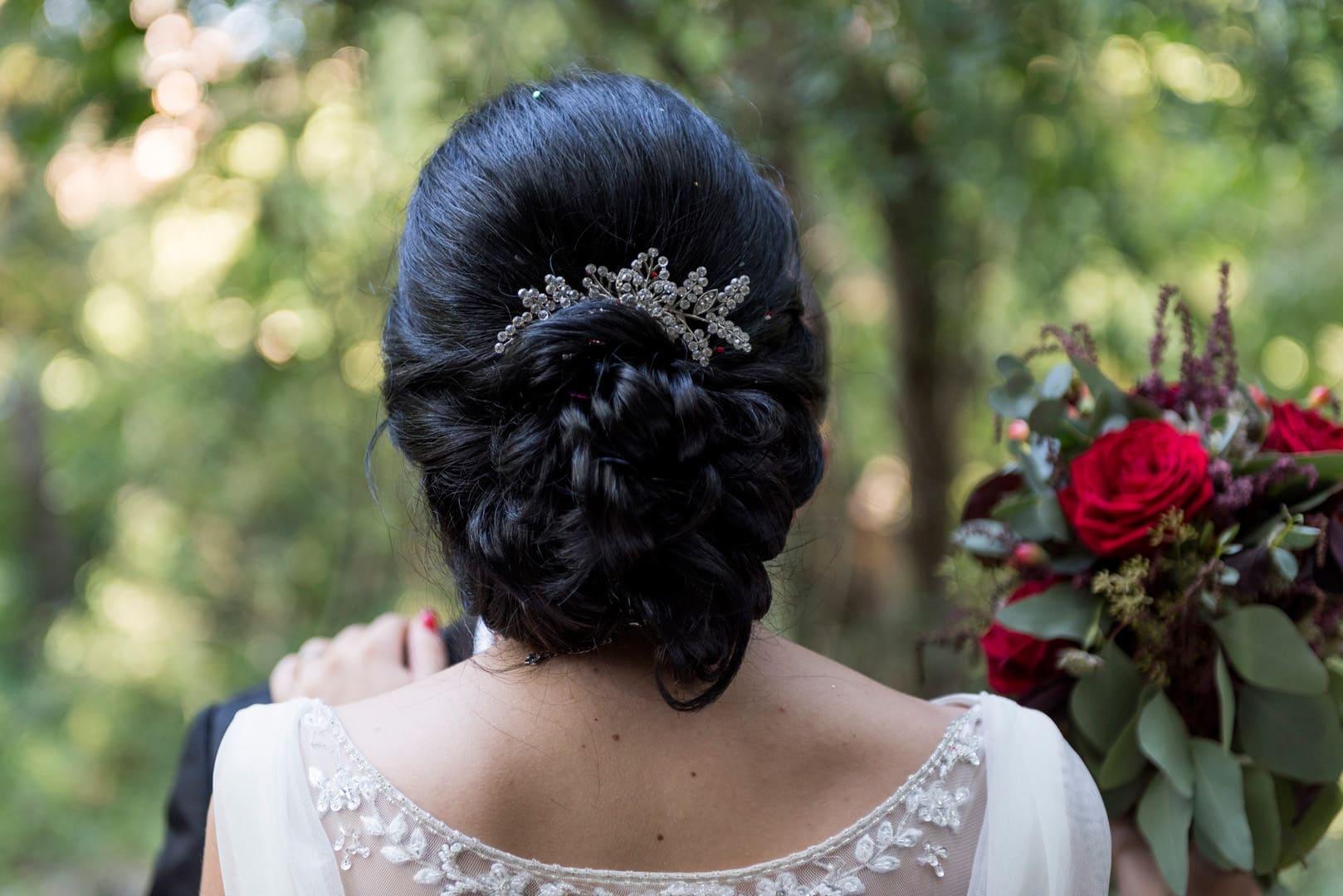 Detalle peinado Novia ZAZU-boda-divertida-en-rojo-Segovia25