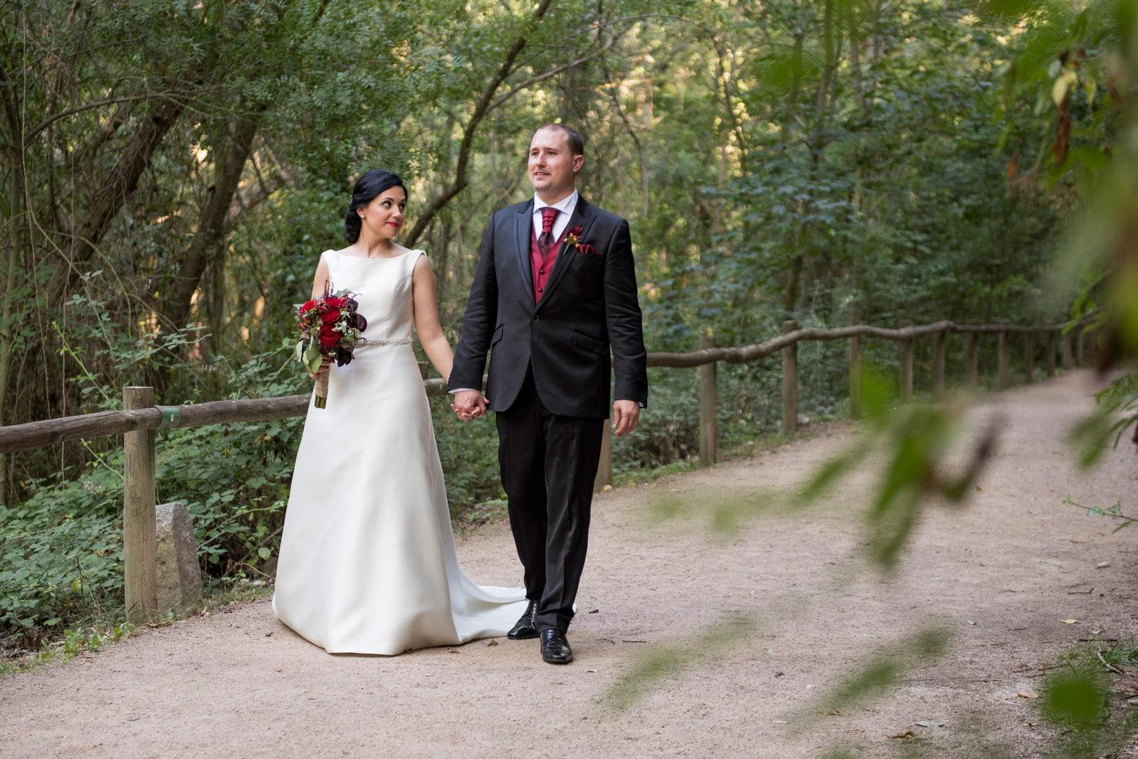 novios ZAZU-boda-divertida-en-rojo-Segovia25