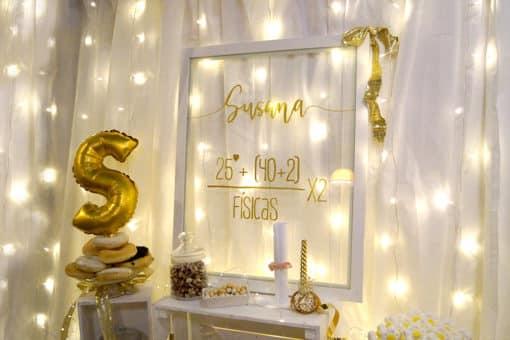 Fiesta de aniversario con mesa dulce oro