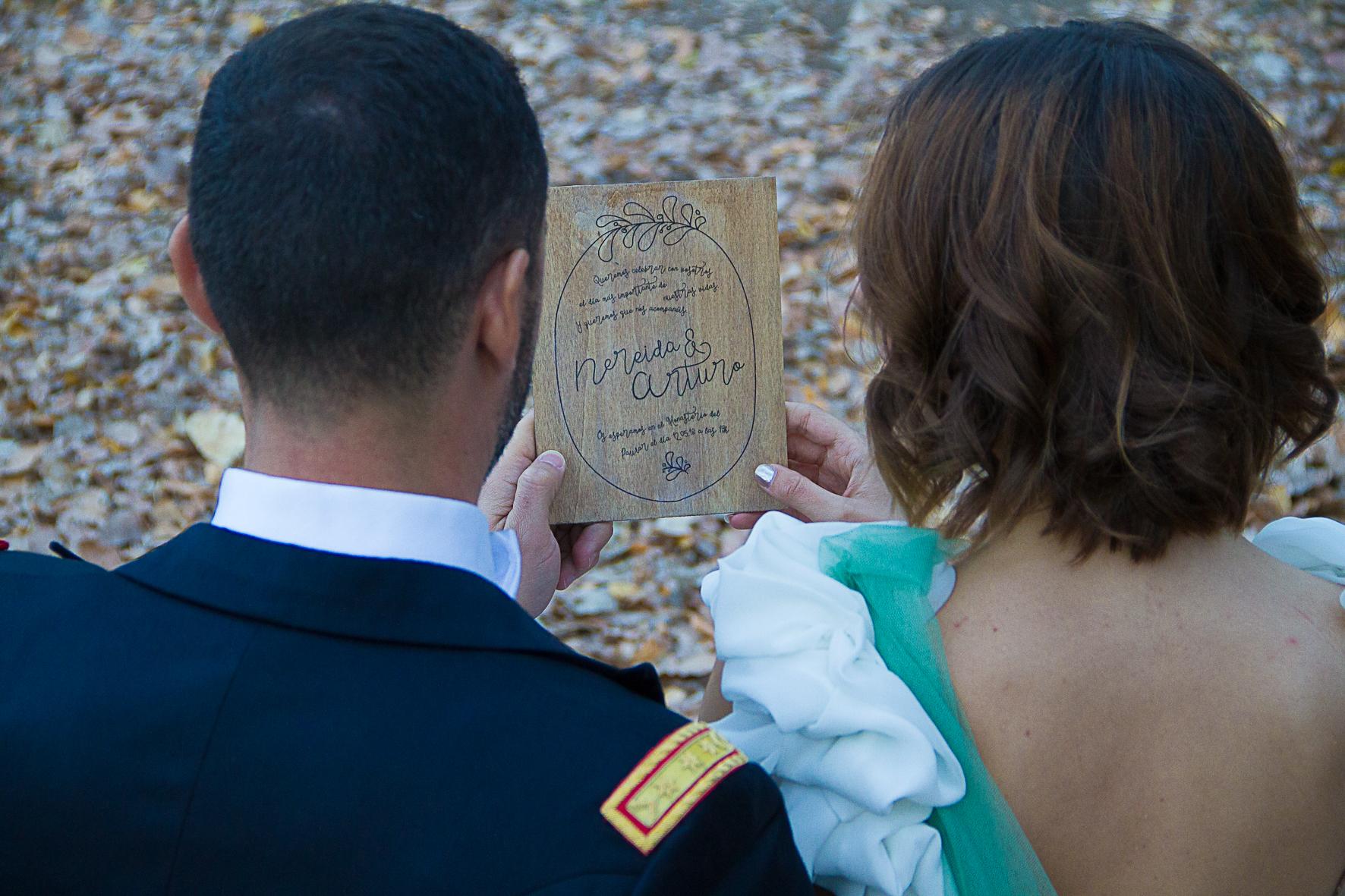 Invitación de madera para boda rustica