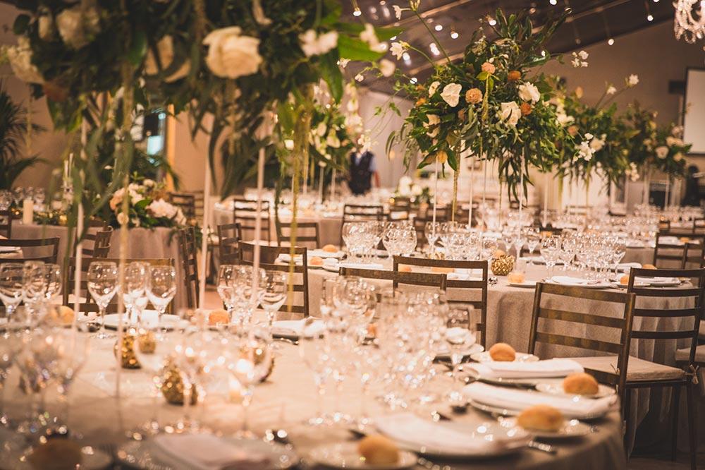 centros de flores altas salon boda-elegante-y-moderna-en-dorado08
