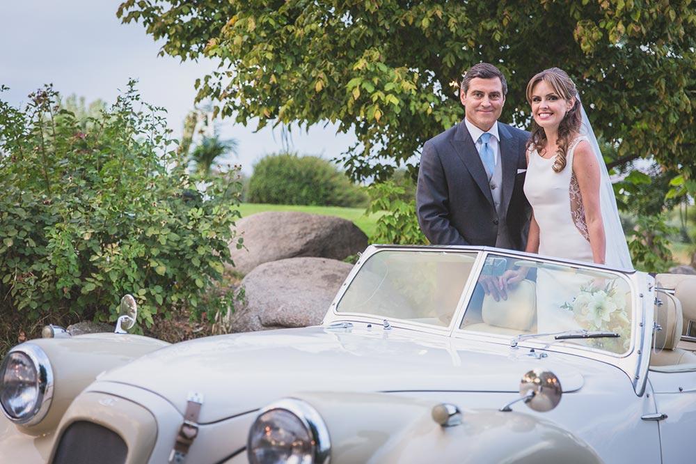 boda-elegante-y-moderna-en-dorado019 novios coche clasico