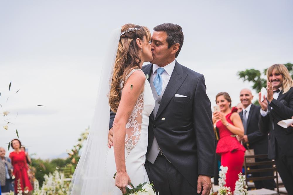 boda-elegante-y-moderna-en-dorado019 beso novios
