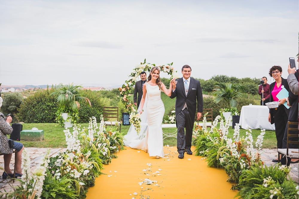 salida novios ceremonia pasillo de flores boda-elegante-y-moderna-en-dorado010