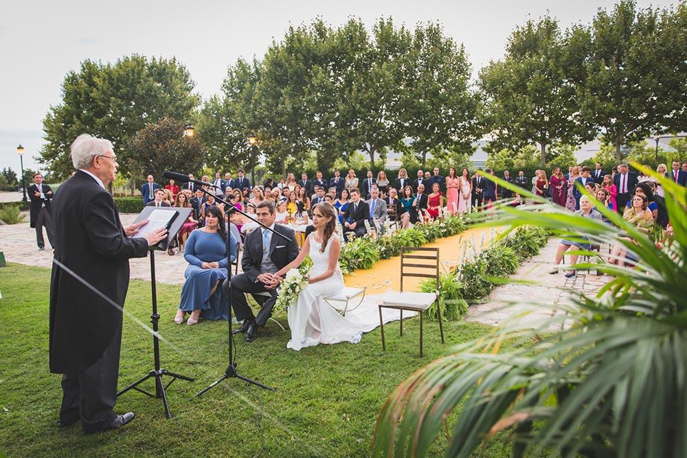 ceremonia pasillo de flores boda-elegante-y-moderna-en-dorado010