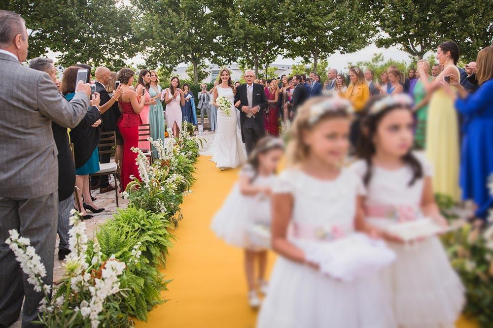 llegada novia a ceremonia boda-elegante-y-moderna-en-dorado010