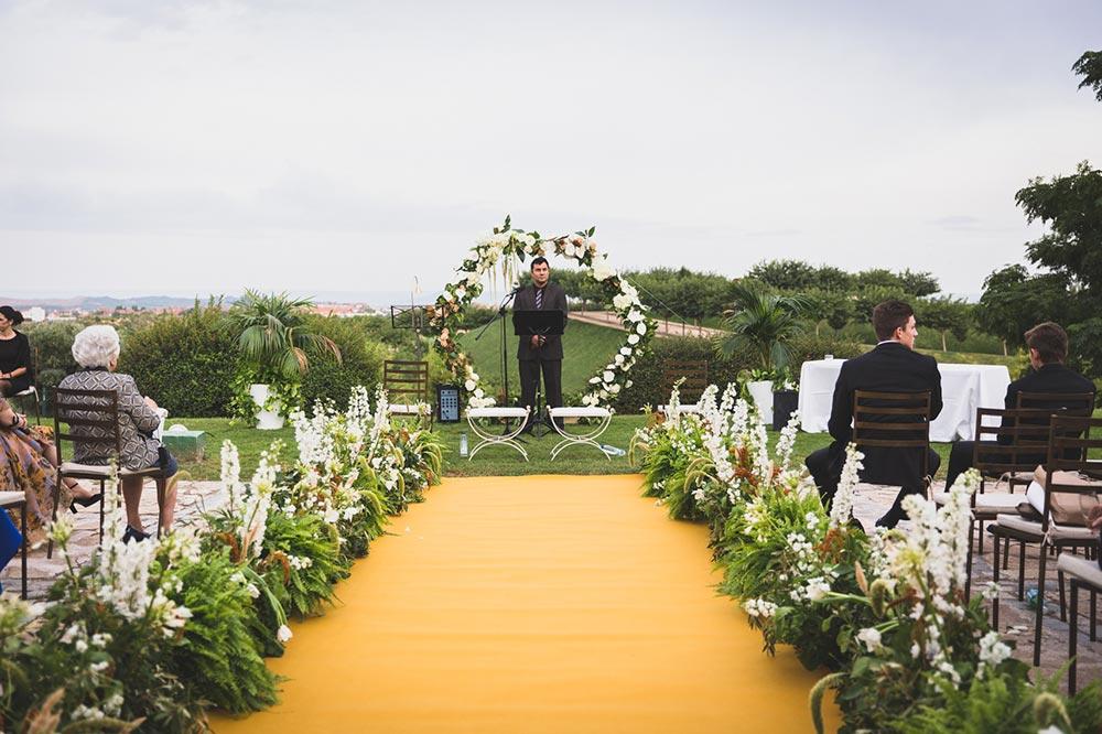 ceremonia pasillo de flores con arco geométrico de flores boda-elegante-y-moderna-en-dorado010