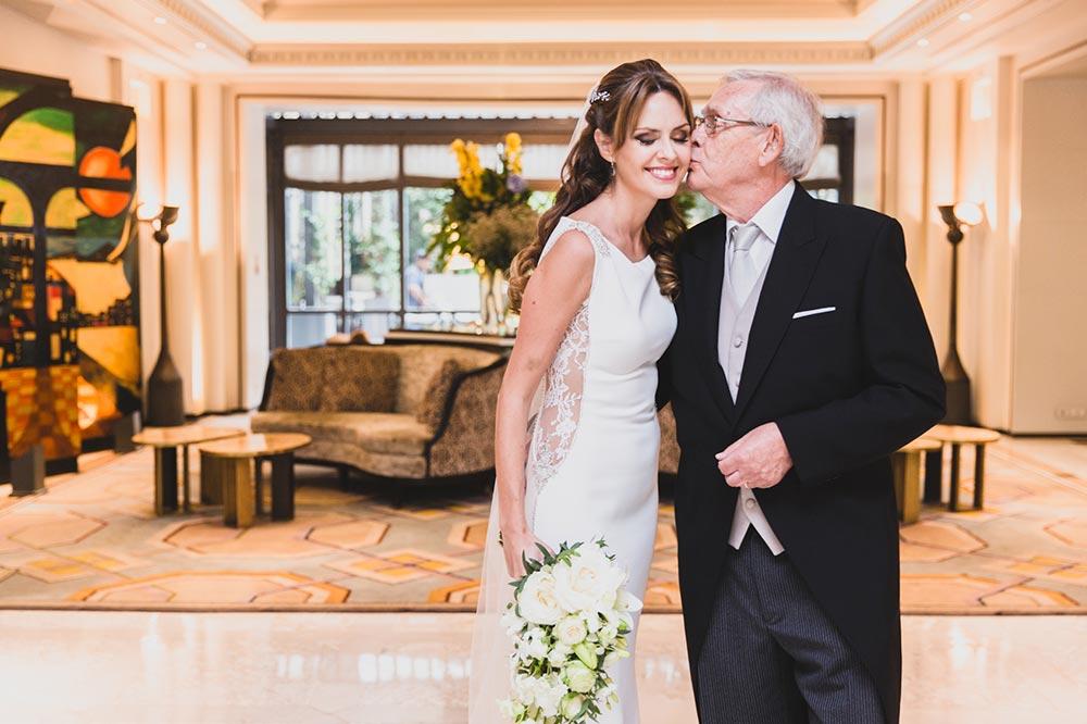 npovia con padrino boda-elegante-y-moderna-en-dorado010