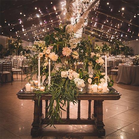 Bodegón flores y velas entrada boda-elegante-y-moderna-en-dorado08