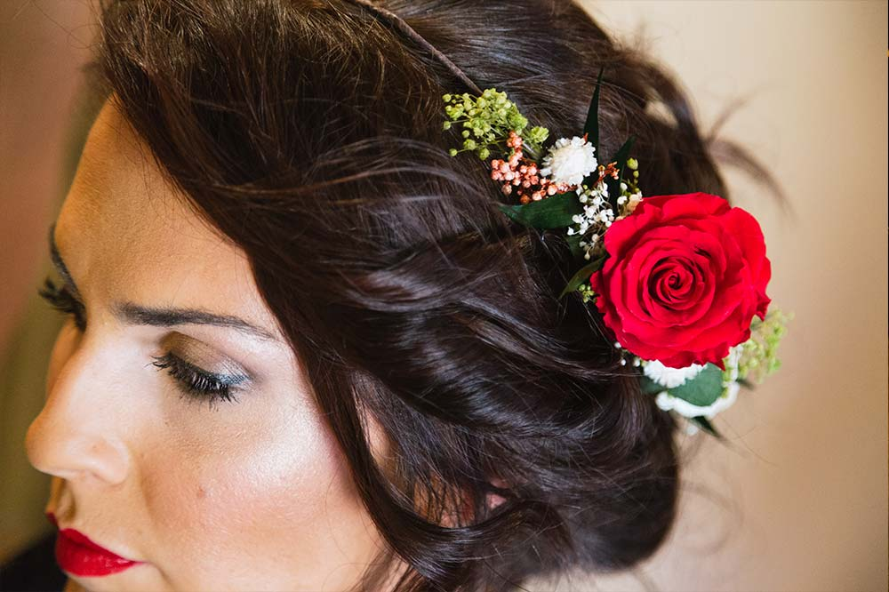 detalle tocado novia en rojo