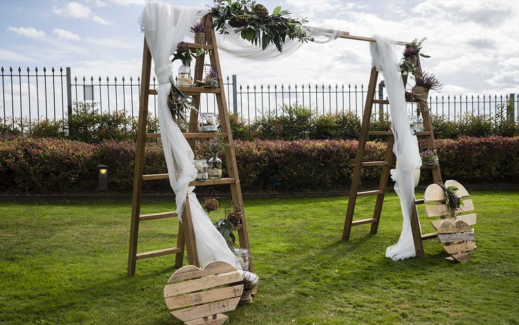 arco ceremonia escaleras rustico boda-con decoración de olivos chinchón
