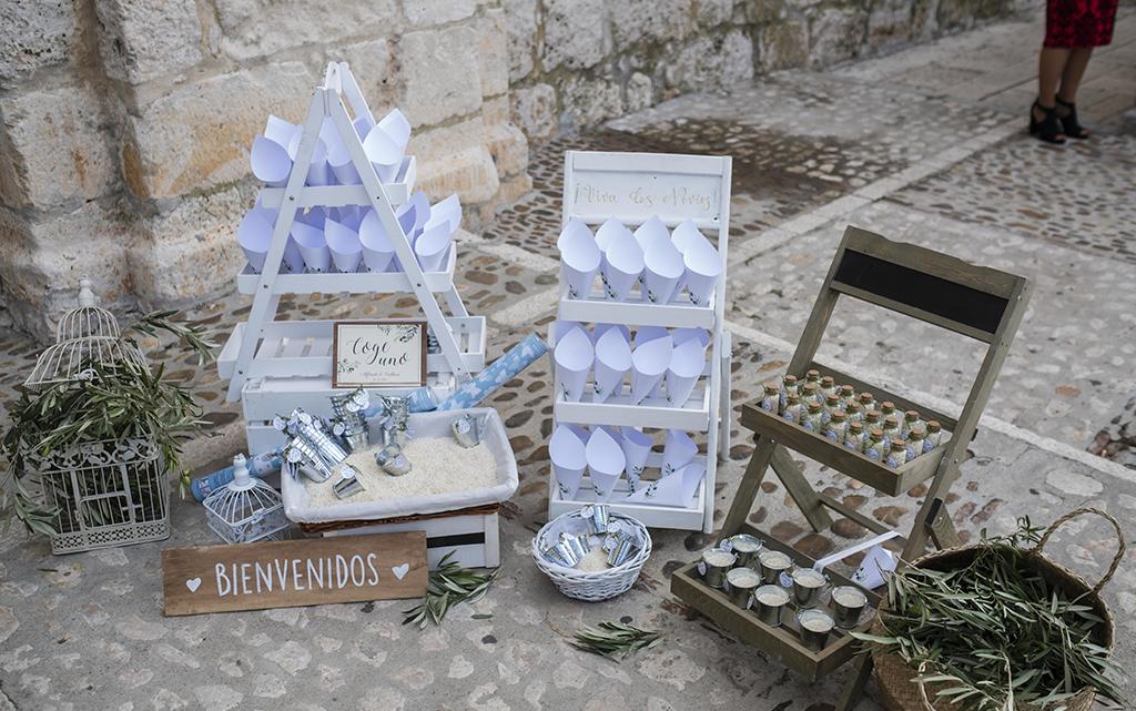 detalles conos iglesia preparativos boda-con decoración de olivos chinchón